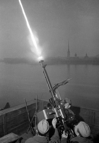 The anti-aircraft gun crew of Sergeant Fyodor Konoplyov shooting at enemy planes in Leningrad during World War II. Russia, Saint-Petersburg